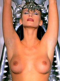 Natasha Henstridge loves to show her amazing nude body