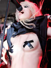 Taylor Momsen flaunts her tits on the stage
