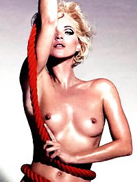 Kate Moss shows her amazing nude body